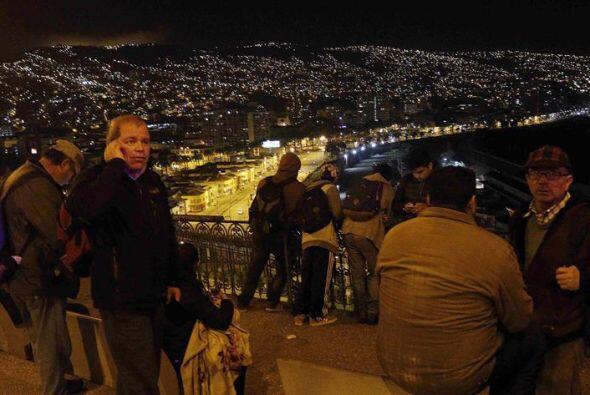 Un grupo de personas se concentra en el mirador Barón en la ciudad coste...