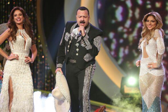 Finalmente las dos finalistas desfilaron en trajes de noche, al ritmo de...