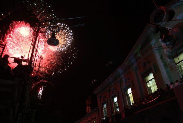 Los fuegos artificiales ardonaron la plaza de Mérida tras el Grito dado...