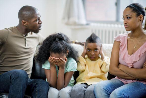 4) Discutir delante de los niños.