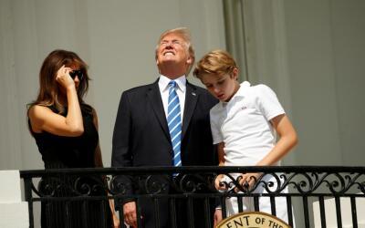 Trump mira al eclipse sin protección, en contra de todas las adve...