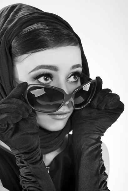 Audrey Hepburn. Recurre al clásico vestidito negro, añade unas gafas eno...