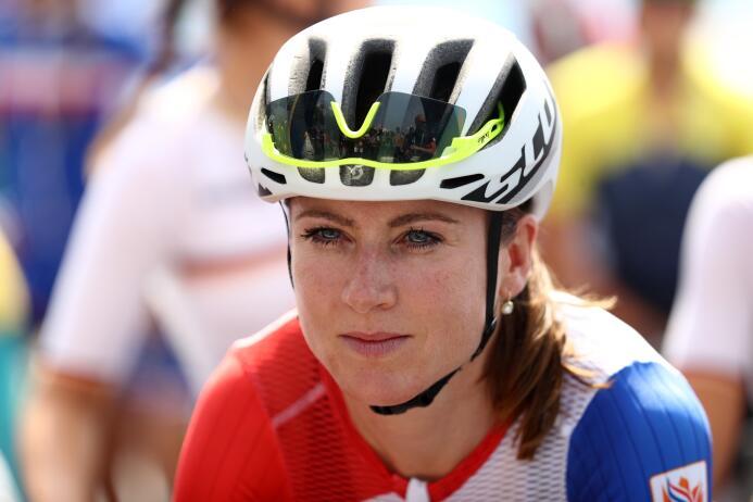 La holandesa Annemiek Van Vleuten, quien iba de líder en la prueba de ci...
