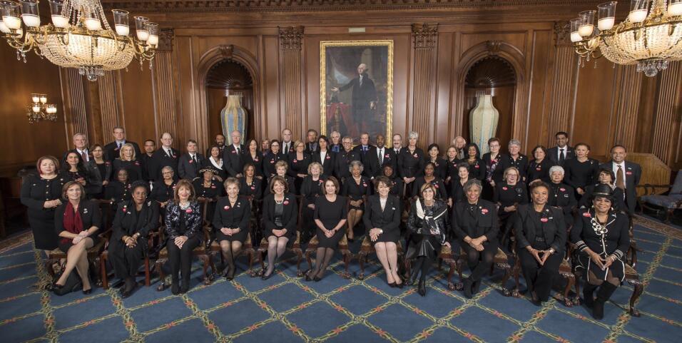 Algunos miembros de la bancada demócrata vestidos de negro en apo...