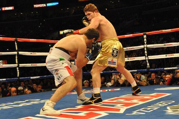 El campeón defensor Saúl Alvarez supo mantener la distancia, haciendo in...