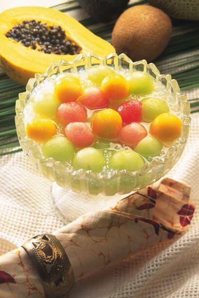 Algunos adornan el ponche de su elección con bolitas de fruta como lo po...