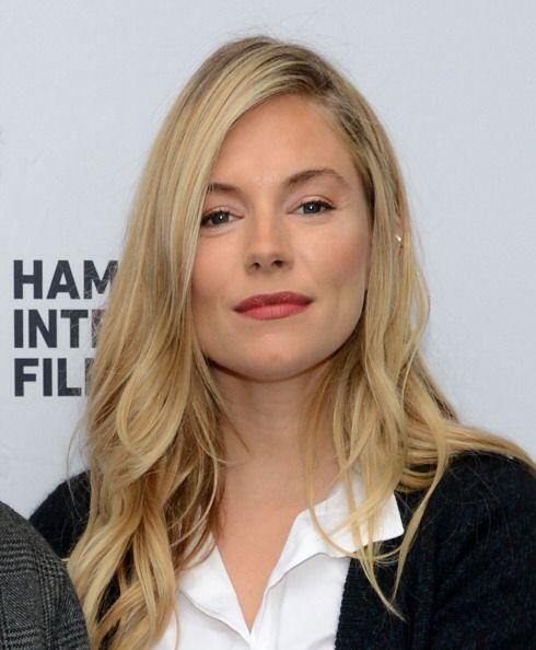 Por su parte, Sienna Miller atribuye su belleza facial y piel brillante...