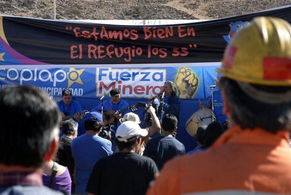 Por el ducto que comunica a los mineros al exterior además de alimentos...