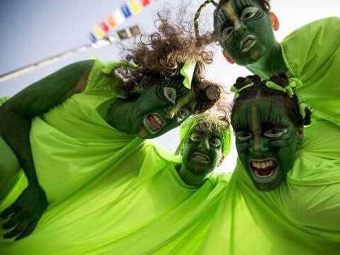 Bailarines israelíes participan en un desfile para celebrar la fi...