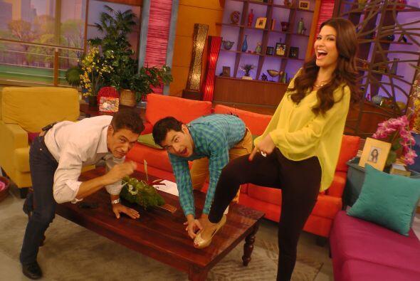 Johhny y Alan se divierten con los pies de Ana.