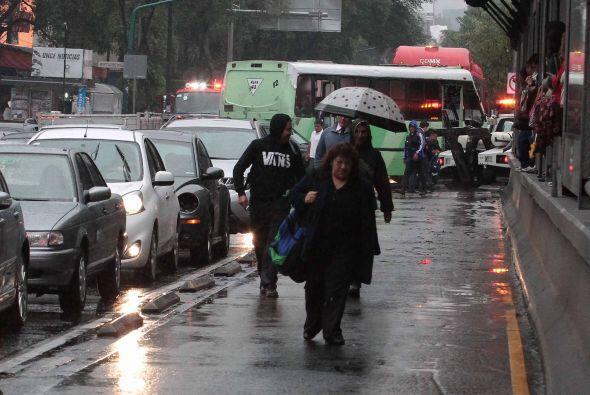 Después de la lluvia, algunas personas caminaron por la ciudad, varios d...