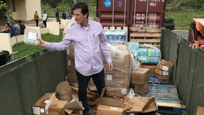 El secretario de Estado, Luis Rivera Marín, en el contenedor de basura c...