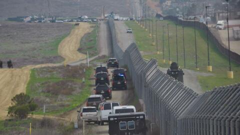 La caravana presidencial durante la visita de Trump a la frontera con M&...