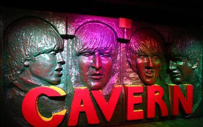 Los rostros de los Beatles están impregnados en las paredes del c...
