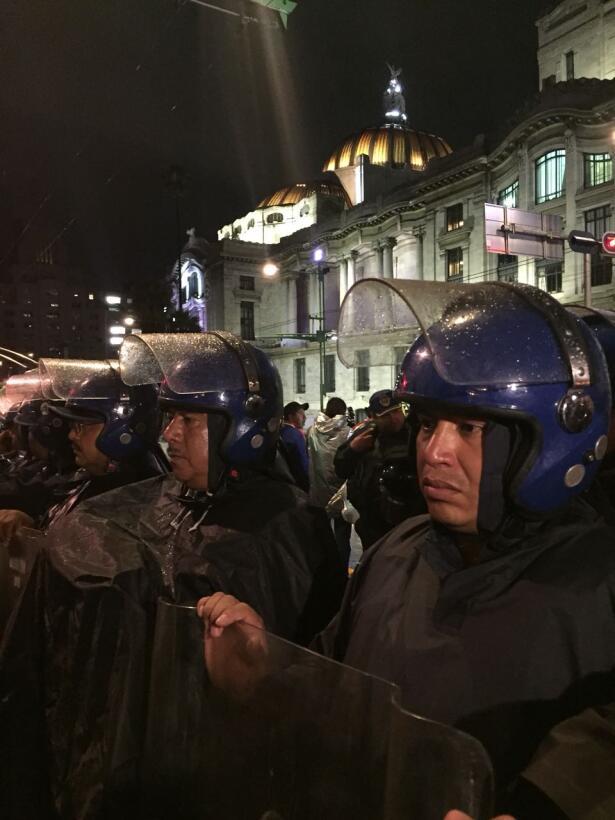 Los manifestantes aseguran que les pidieron quedarse desde las 2:30 de l...