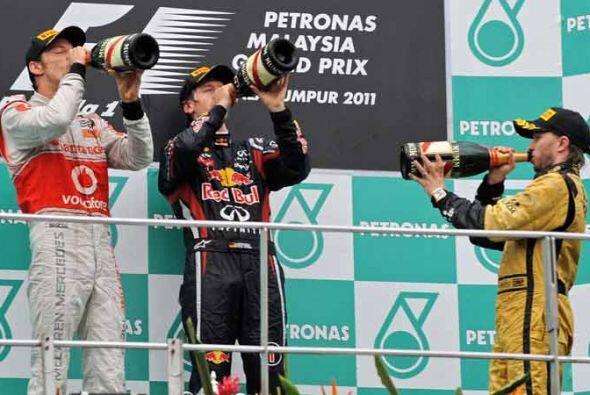 El fesjeto con champán en el podio con Button, Vettel y Nick Heid...