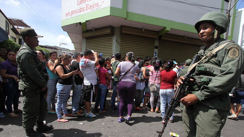 La escasez en Venezuela fuerza a la gente a hacer fila para comprar comida