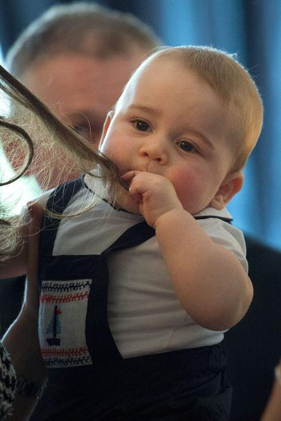 Como cualquier otro bebé, Geoge jugó con el cabello de mamá y sin pensar...