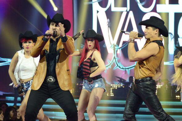 Los chicos del equipo de El Dasa rodeados de bailarinas.