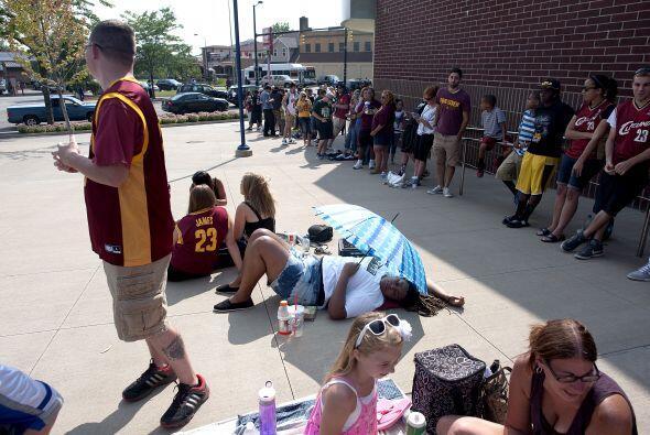 Los aficionados hicieron largas filas durante seis horas para ver al bas...