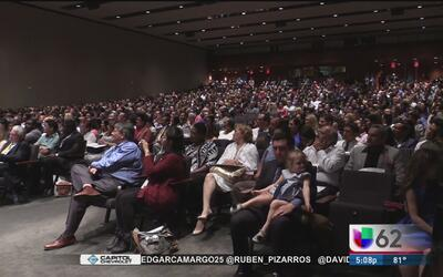 Cientos de personas en Texas juramentan como nuevos ciudadanos norteamer...