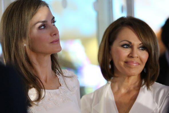 Letizia Ortiz, junto a Maria Elena Salinas durante su vista a Newsport....