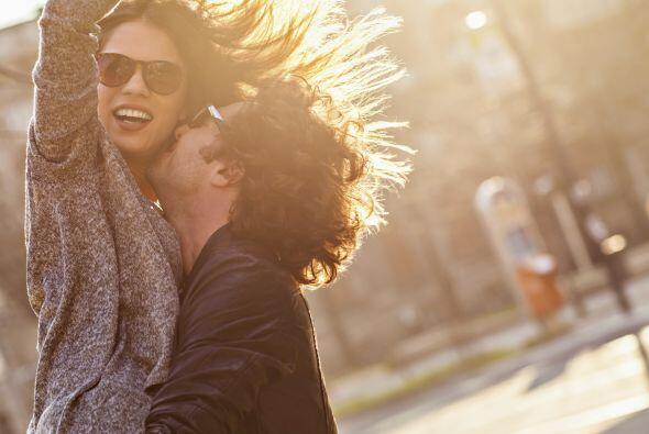 Y es común que uno de los dos comience a desear algo más que una amistad...
