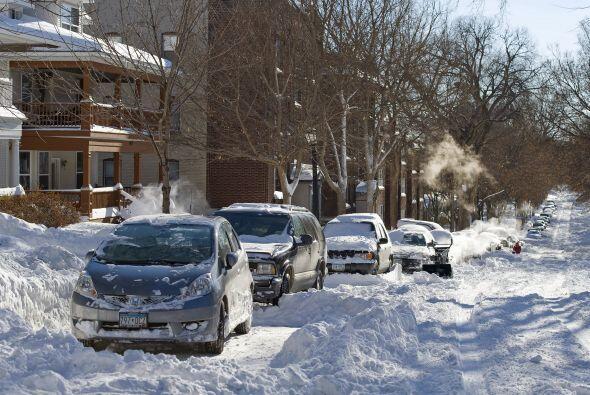 En Chicago cayeron unos dos pies de nieve mientras más de 1,200 vuelos f...