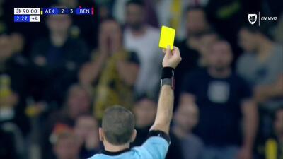 Tarjeta amarilla. El árbitro amonesta a Alejandro Grimaldo de Benfica