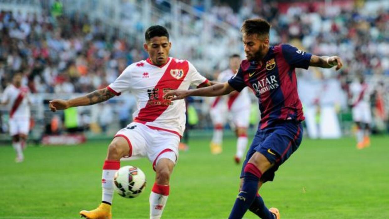 El volante mexicano cubre a Neymar en un duelo contra el Barcelona.