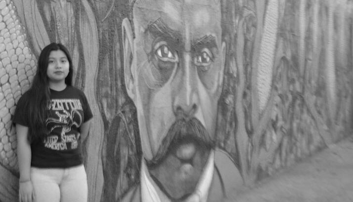 Marisabel Perez, de 17 años, frente a un mural de Emiliano Zapata en Los...