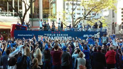 Imágenes del paso del desfile de los Cubs por la Michigan Avenue