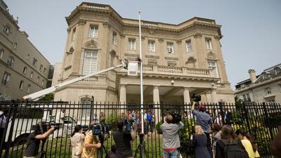 Instalan el mástil de bandera para la futura embajada de Cuba en EEUU
