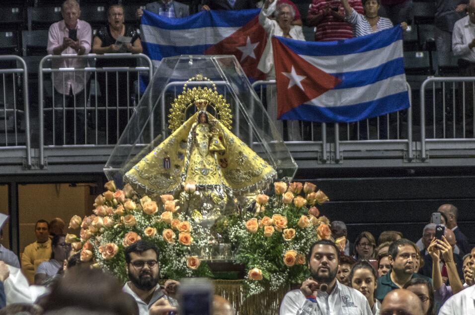 La imagen de la patrona de Cuba entrando al Watsco Center, donde se cele...