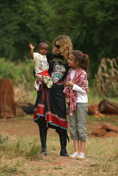 En abril de 2007, Madonna fue con Lourdes al país a recoger al pequeño....