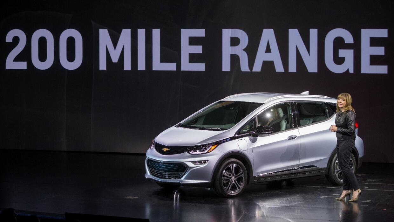 Mary Barra CEO de General Motors devela al Chevrolet Bolt EV