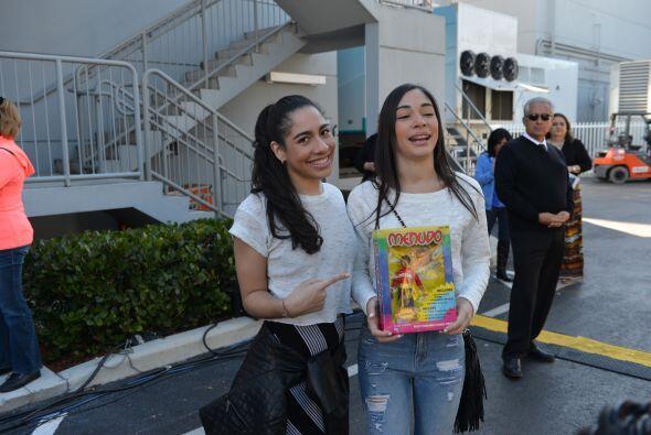 Las hijas de Johnny se tomaron la foto con 'el muñeco de su papá'.