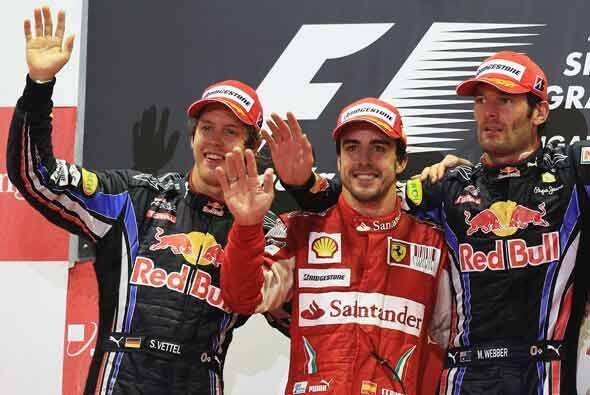 El podio del Gran Premio de Singapur con Alonso al centro, escoltado por...