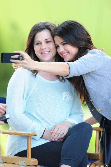Entre ellos también habría dejado de seguir a la madre de Selena, Mandy...