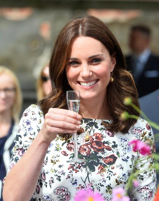 Radiante Kate Middleton, luciendo un vestido del diseñador Erdem Moralio...