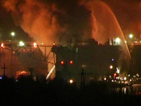 Un submarino de la India con 18 marinos a bordo se incendió despu...