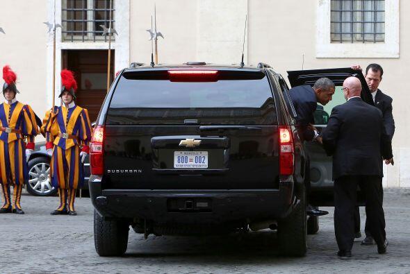 El presidente entró en el pequeño Estado a través del Arco de las Campan...