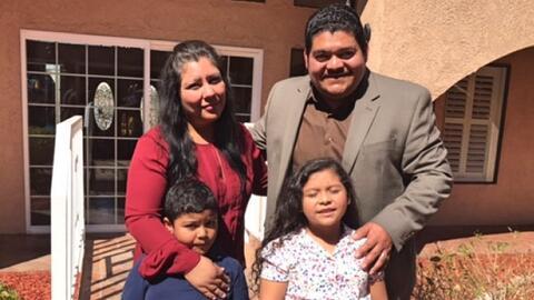 El pastor Noé Carias Mayorga con su esposa y sus dos hijos.