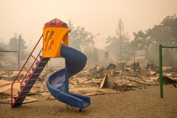 Un parque infantil quedó rodeado por escombros tras el incendio registra...