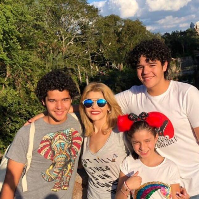Itatí Cantoral viajó a Disney con sus hijos