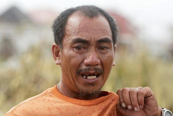 Un filipino no puede contener las lágrimas ante el horror que ha sembrad...