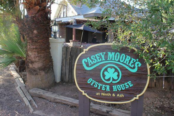 Décadas después, la casa se convirtió en el bar Casey Moore's Oyster Hou...