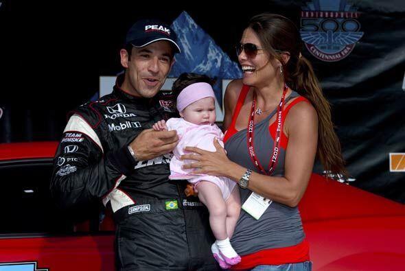 El brasileño festejó con su novia Adriana Henao y su bebé Mikaella.