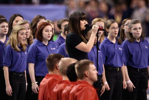La cantante Kelly Clarkson canto el Himno Nacional de los EU.