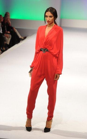 ¡Quítale lo aburrido a tu 'outfit' con cualquier prenda en color rojo! E...